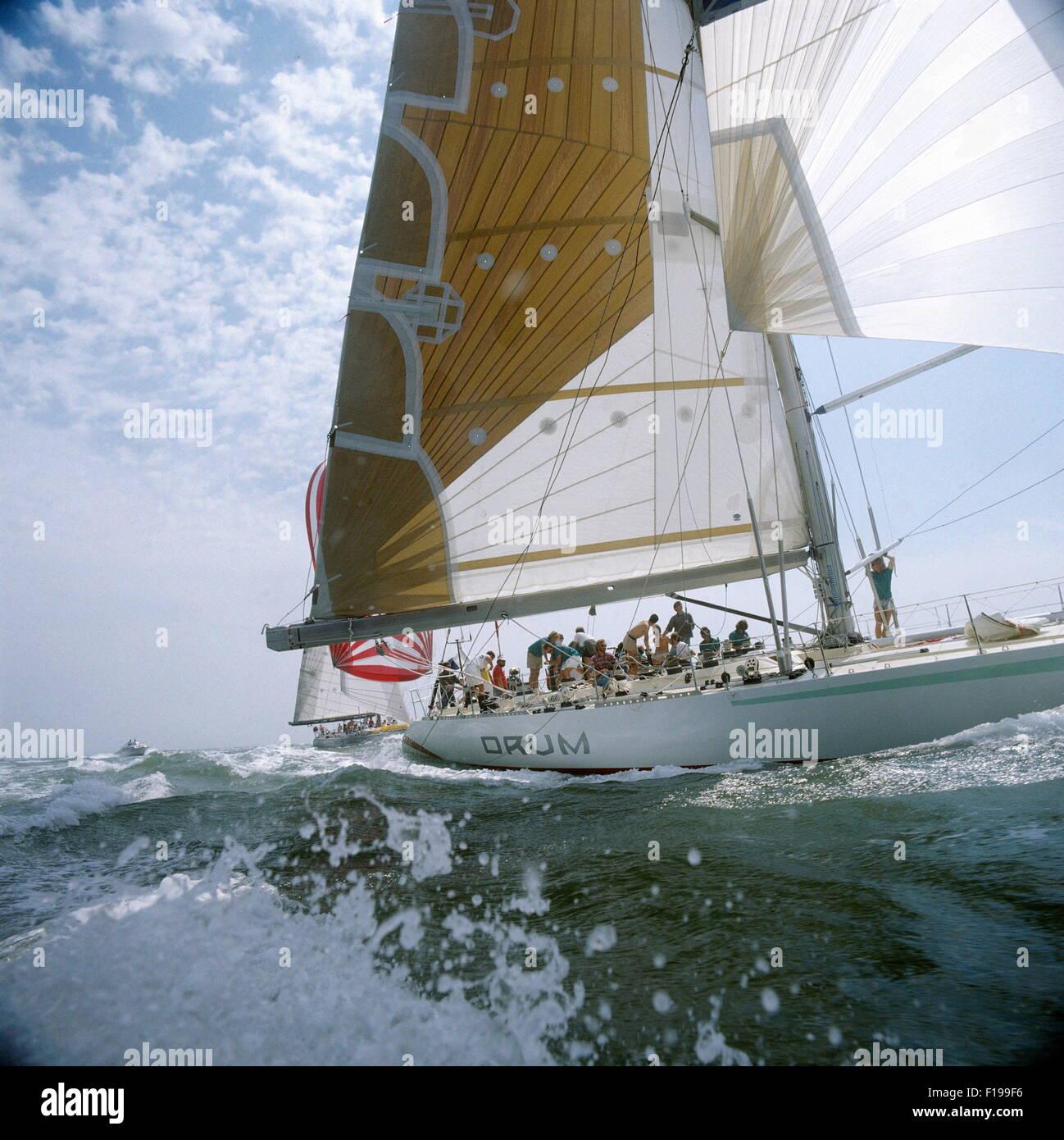 AJAXNETPHOTO. 1985. SOLENT, en Angleterre. - WHITBREAD ROUND THE WORLD RACE - SIMON LE BON AU TAMBOUR. YACHT EST Photo Stock