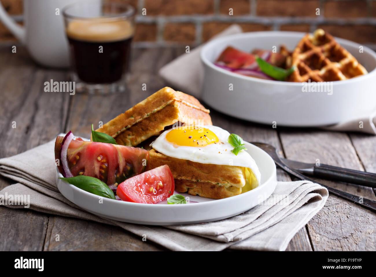 La farine de pois chiches et de courgettes gaufres aux oeufs tomates Photo Stock