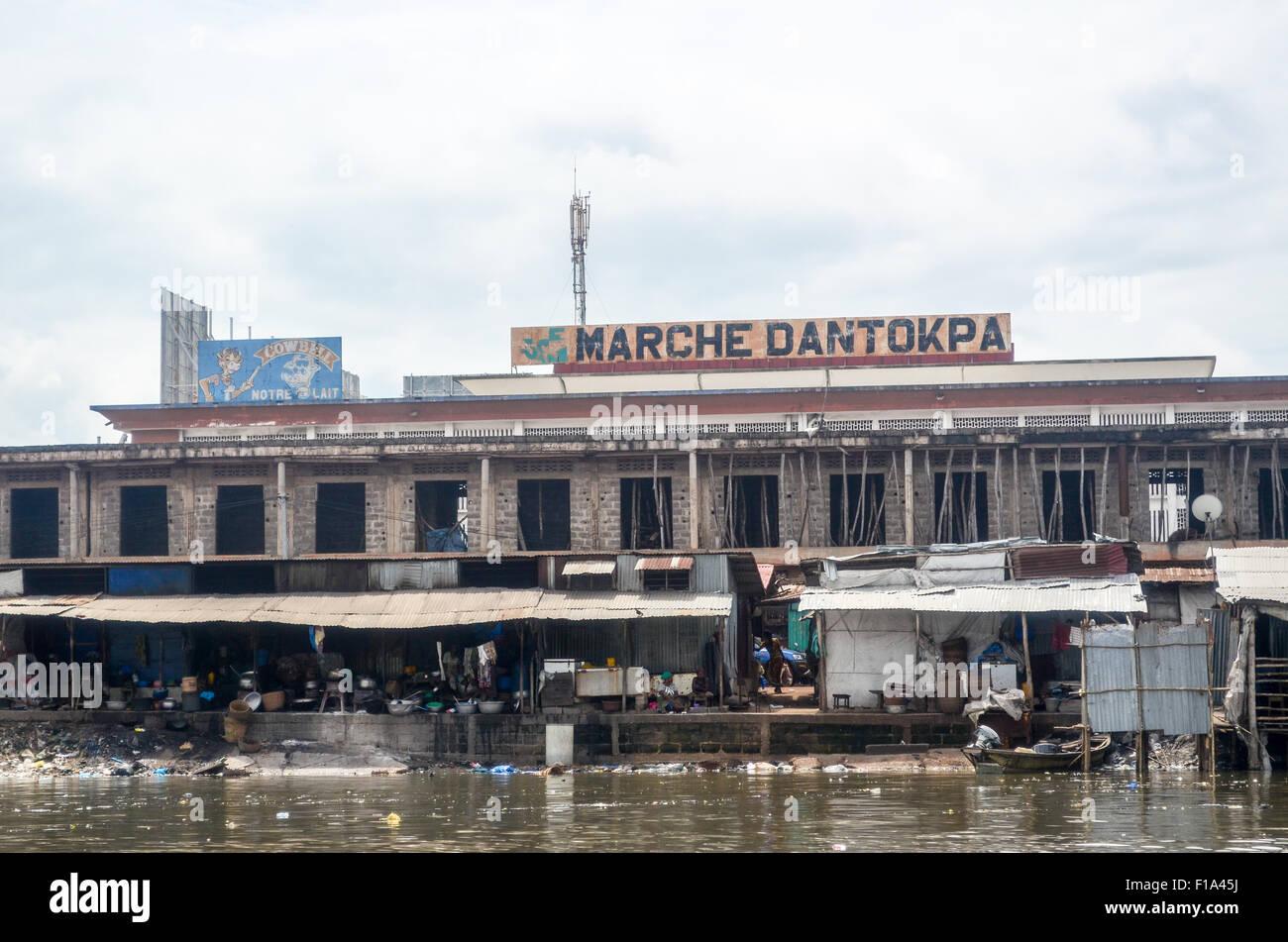 Côté sale de marché Dantokpa à Cotonou, Bénin, de l'Ouémé river Photo Stock