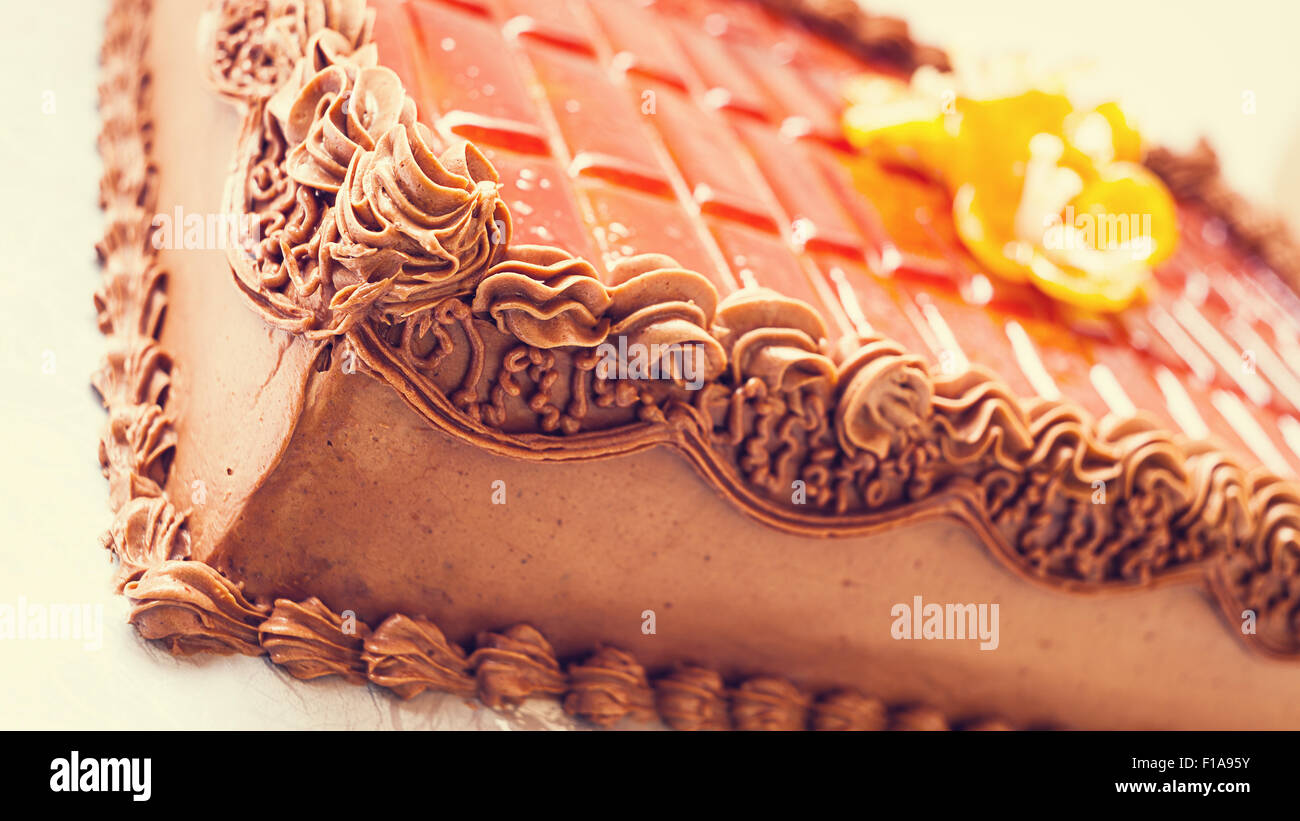 Gâteau au chocolat simple et classique sur fond blanc. Détails de décoration crème et sucre. Photo Stock