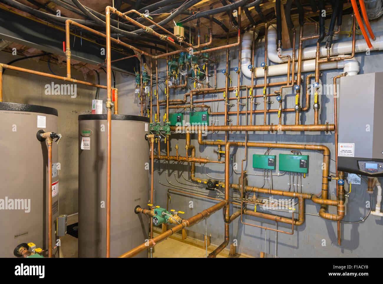 Les tuyaux d'eau en cuivre au sous-sol du nouveau Grand Accueil Photo Stock