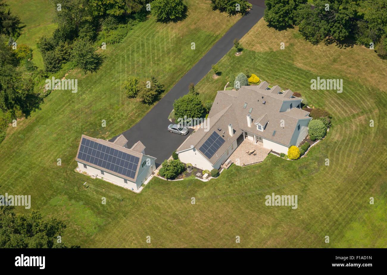 Vue aérienne de la maison avec des panneaux solaires Photo Stock