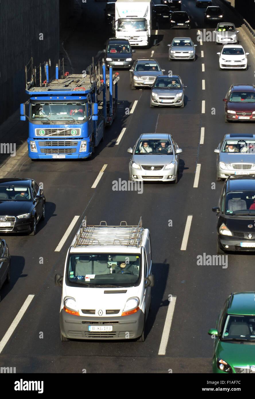 Berlin, Allemagne, l'heure de pointe sur l'autoroute A100 en hauteur Kaiserdamm Banque D'Images
