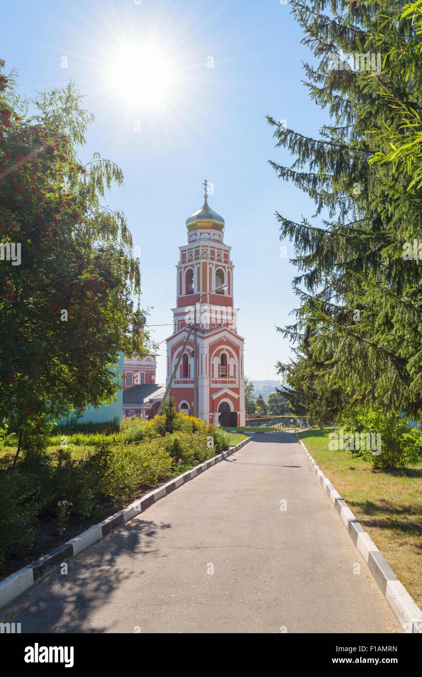 Chemin d'accès à l'église Trinity de brique sur le fond bleu ciel sans nuages sur un jour Photo Stock