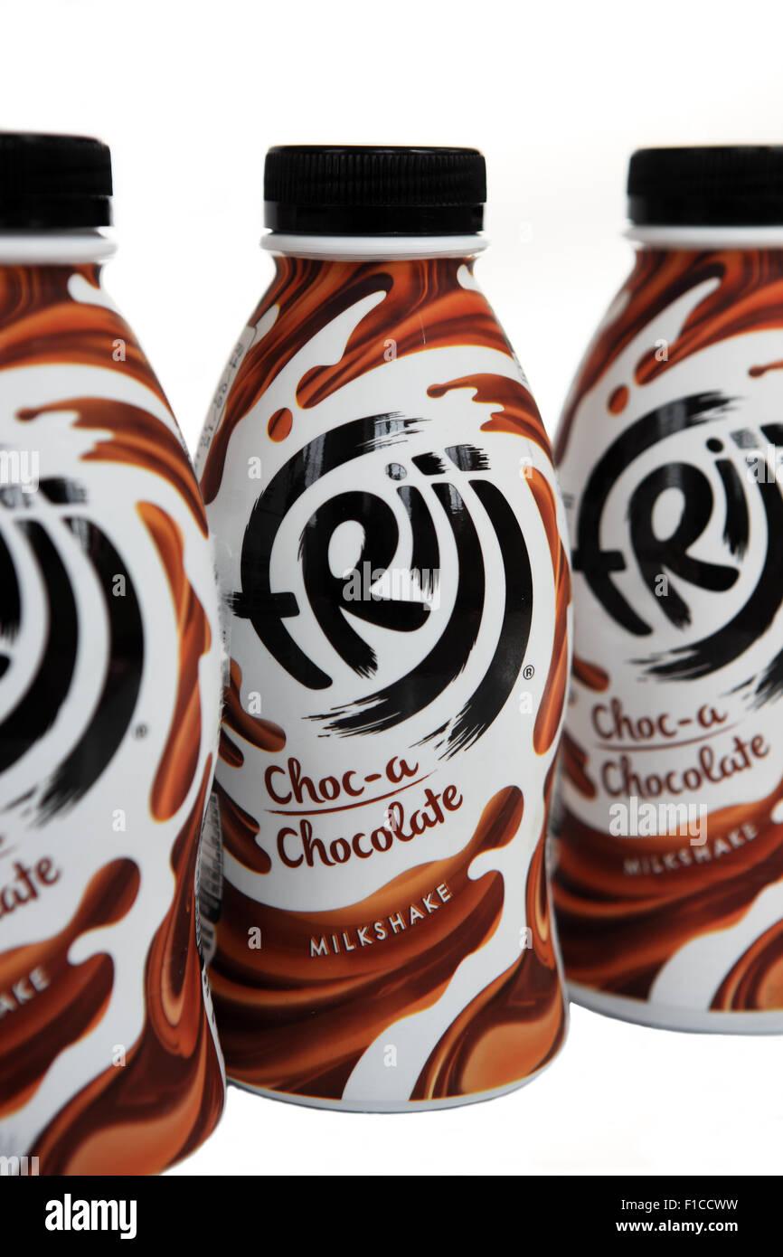 Bouteilles de Frijj Milkshake au chocolat Banque D'Images