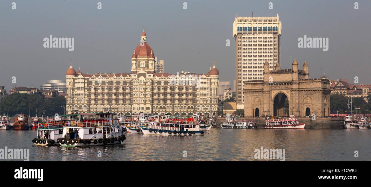 Mumbai waterfront de port avec skyline, bateaux, porte de l'Inde arch et Taj Mahal Palace Hotel Photo Stock