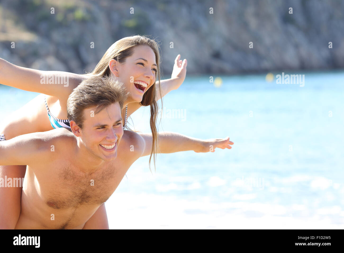 Heureux couple romantique jouant sur la plage sur vacances d'été Photo Stock