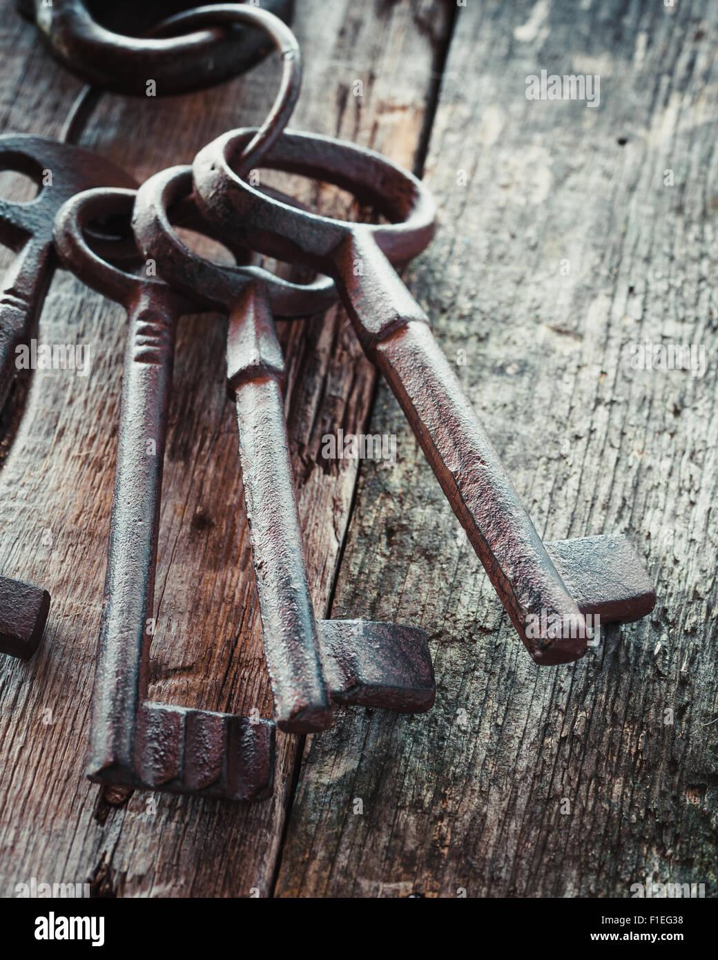 Old rusty keys sur fond de bois. Banque D'Images