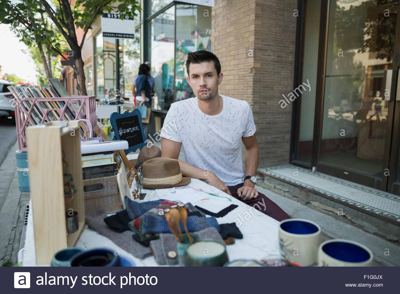 Au travailleur sérieux Portrait tableau vente trottoir Photo Stock