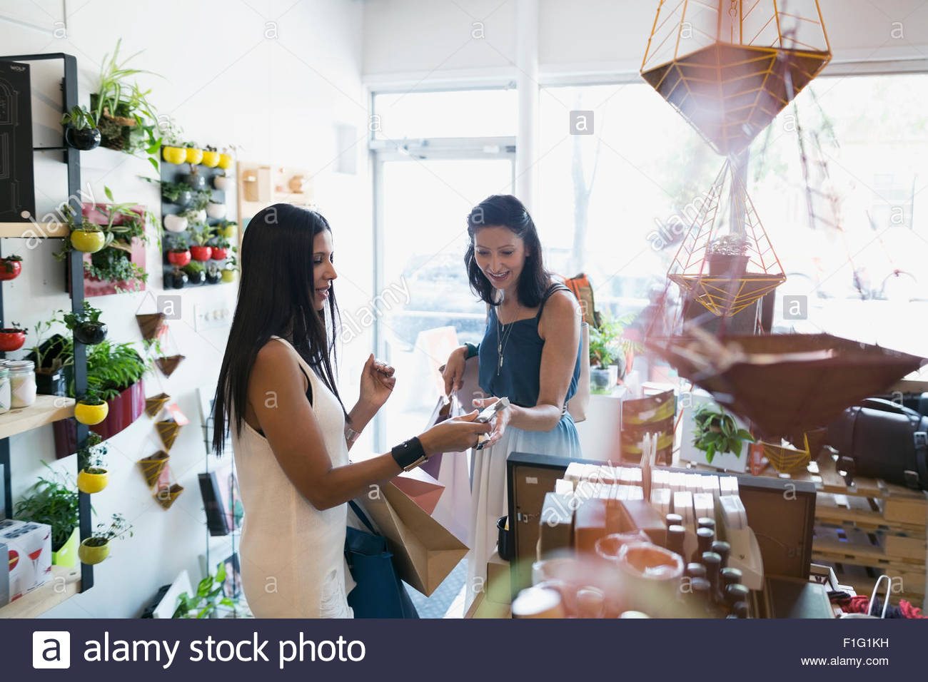 Women shopping in housewares shop Banque D'Images