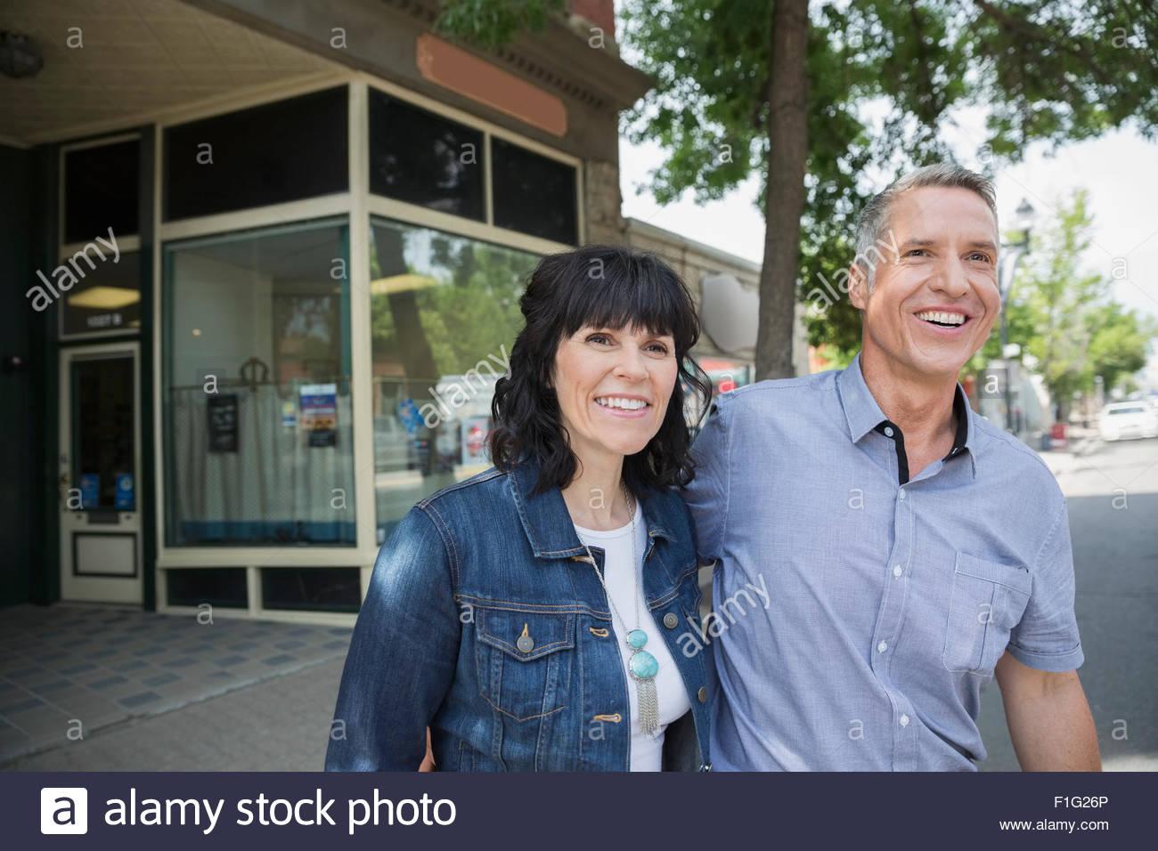 Smiling couple extérieur storefront Photo Stock