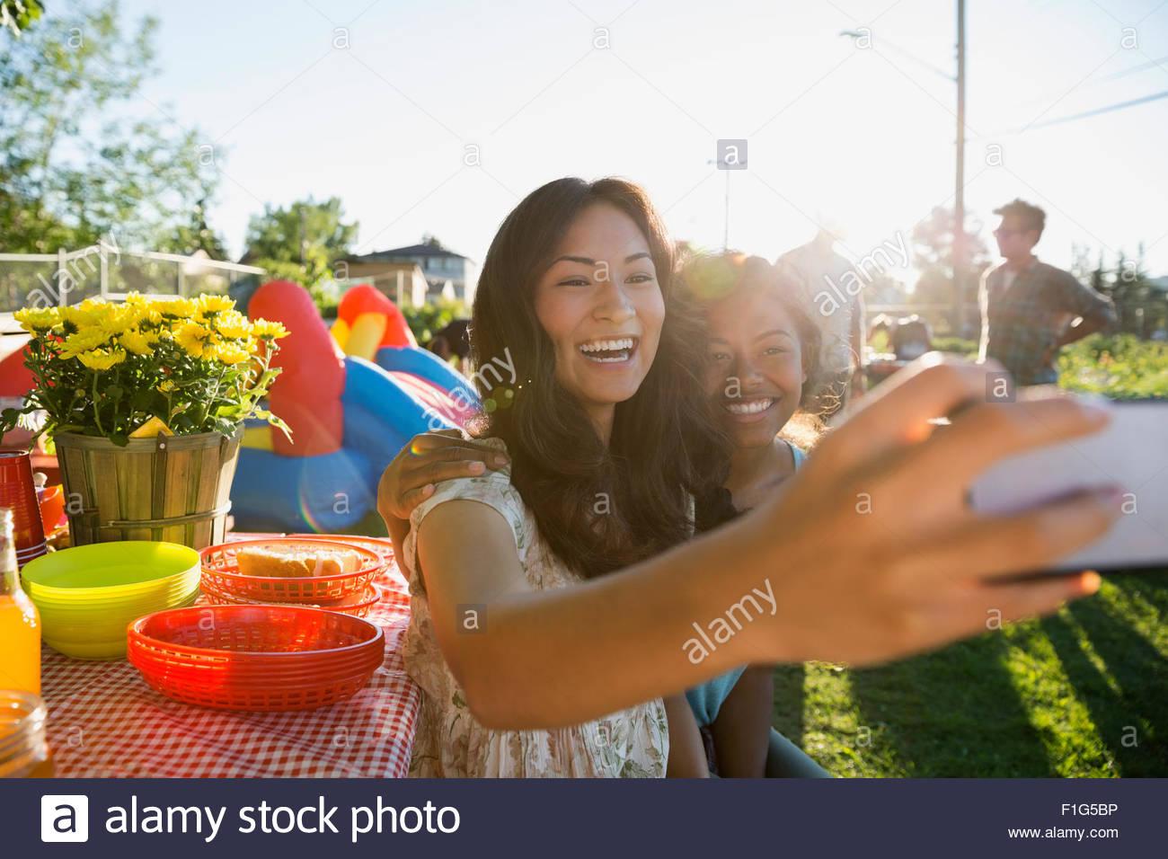 Les adolescents enthousiastes en prenant à partie parc selfies Photo Stock