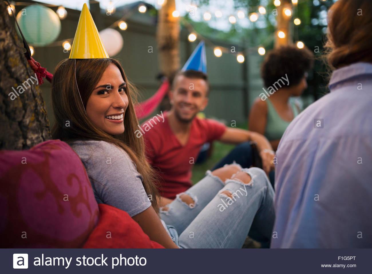 Portrait of smiling woman hat party d'anniversaire d'arrière-cour Photo Stock