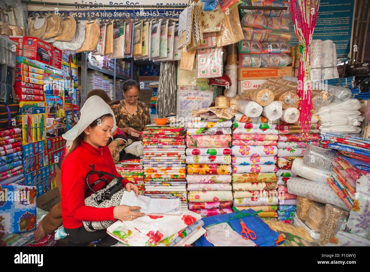 Marché Binh Tay, le propriétaire d'une entreprise à vendre des tissus à l'intérieur des ventes chèques marché Binh Banque D'Images