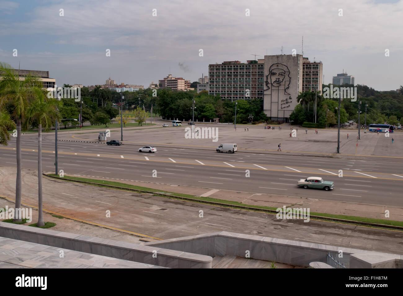 La Plaza de la Revolucion, carré à La Havane, Cuba. Cuba Voyage, vue sur la ville, des monuments, des édifices. Les voitures sur la rue et les touristes Banque D'Images