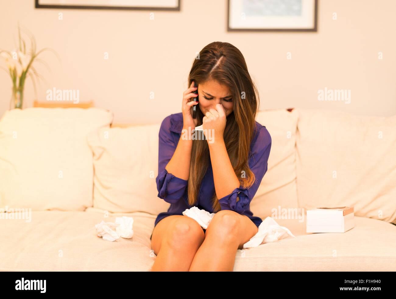 Jeune femme ayant conversation téléphonique, de pleurer Photo Stock