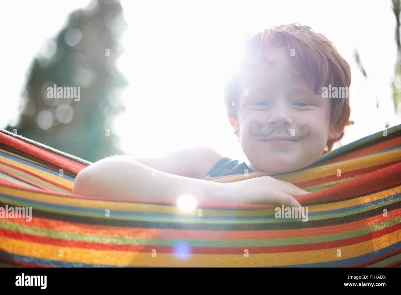 Portrait de jeune garçon avec tirés sur moustache Photo Stock