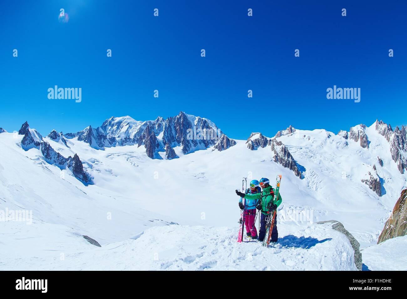 Mâles et femelles matures skieurs sur ridge au massif du Mont Blanc, Graian Alps, France Photo Stock