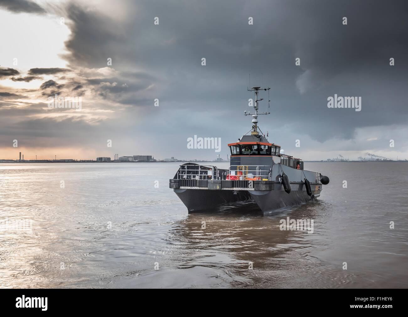 Parc éolien offshore bateau offres de service Photo Stock