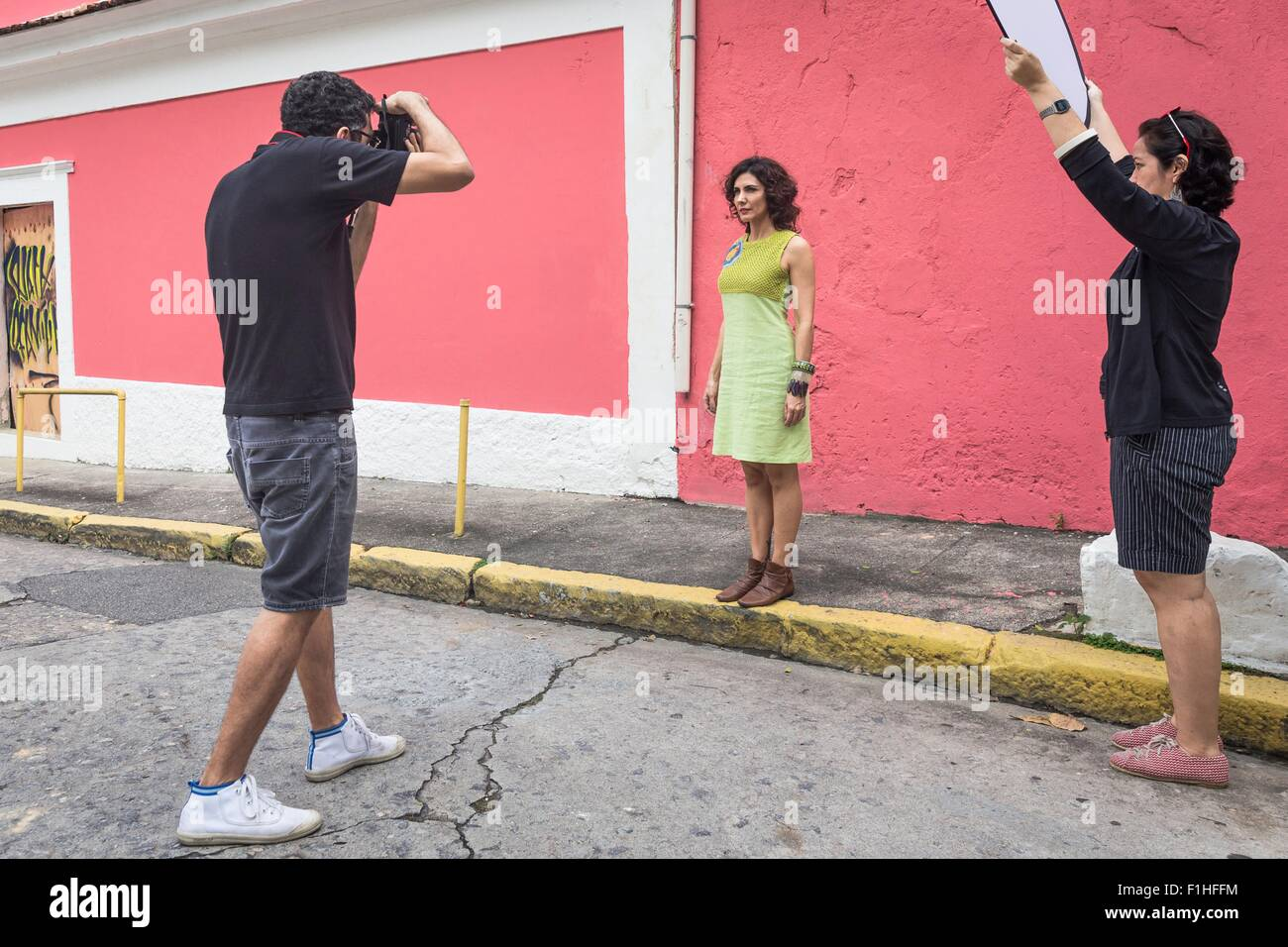 Dans les coulisses d'une des photos de mode urbaine avec modèle féminin et masculin photographe Photo Stock