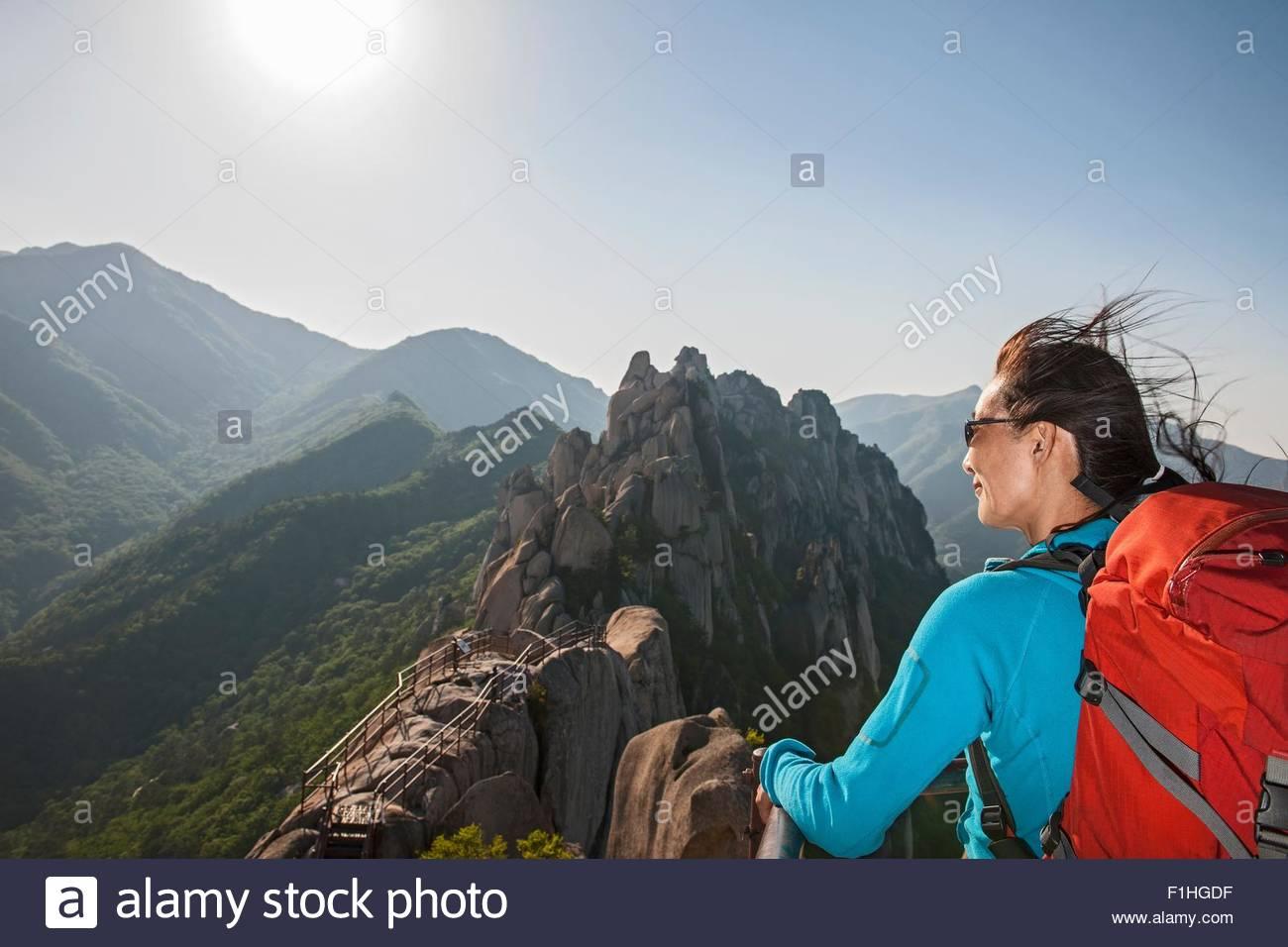 Randonneur sur sommet de Mt. Au parc national de Seoraksan Ulsanbawi, Gangwon, en Corée du Sud Photo Stock