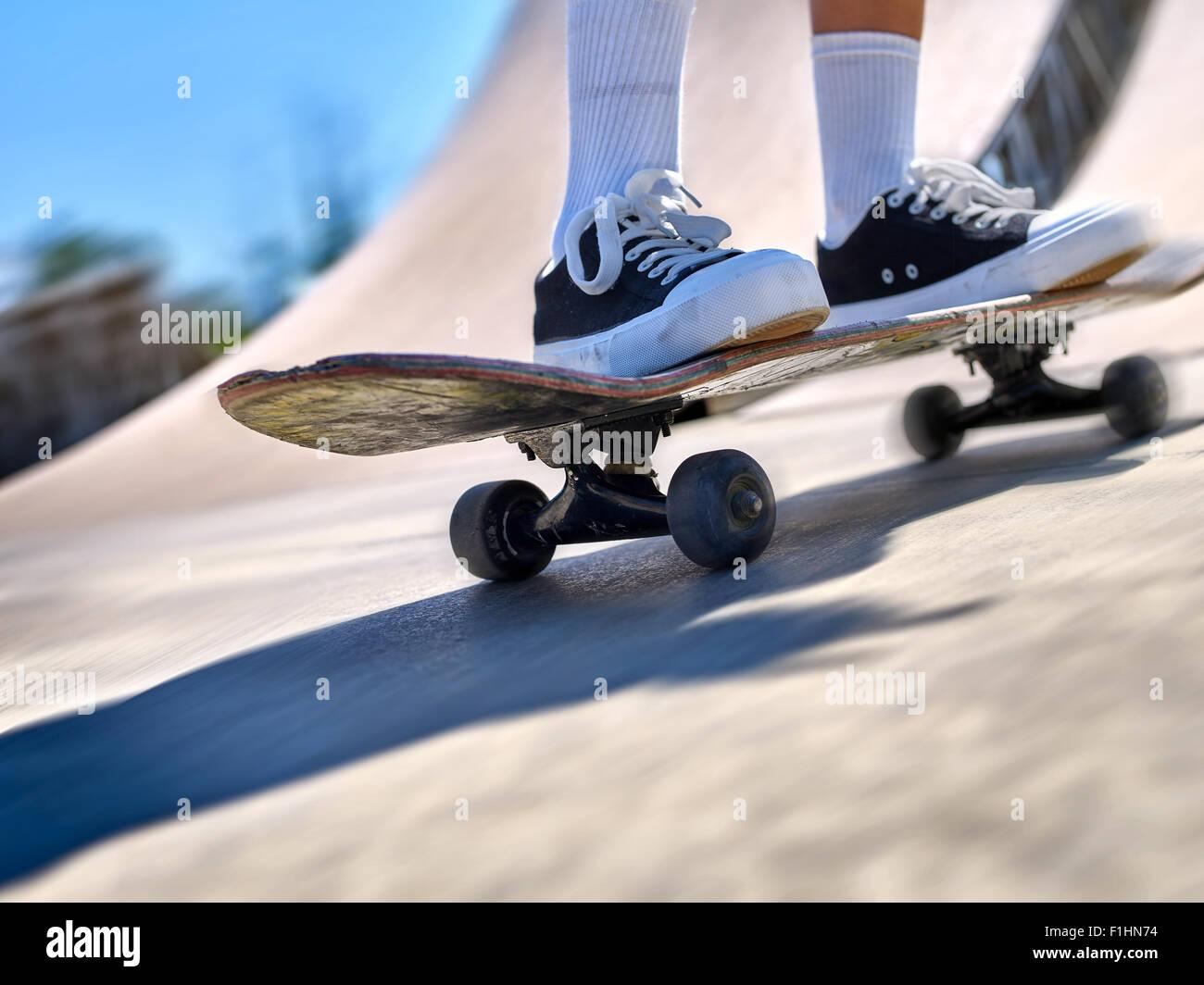 Skateboard jambes close up en skate park. La section basse. Photo Stock