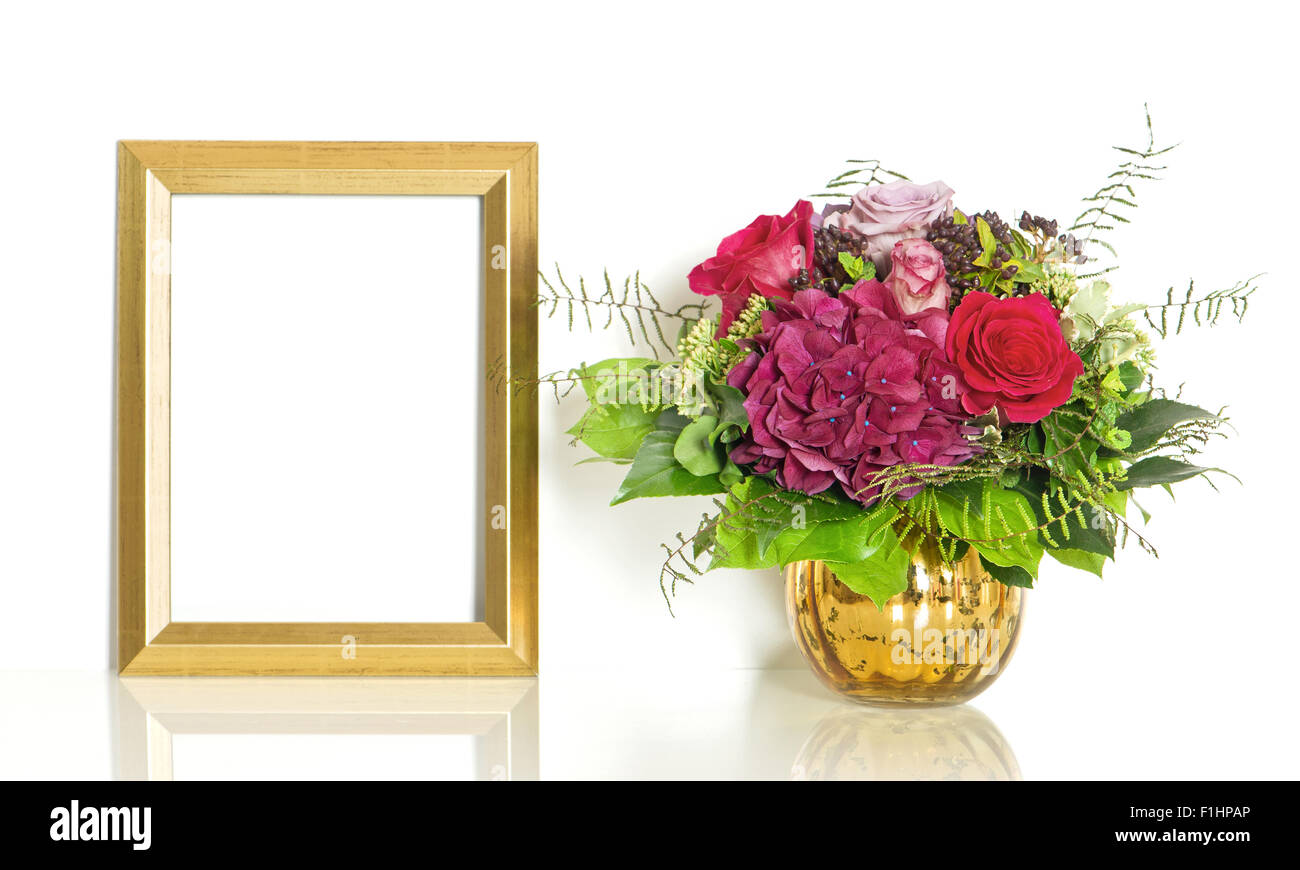 Bouquet De Fleurs De Rose Et Cadre Doré Avec L Exemple De