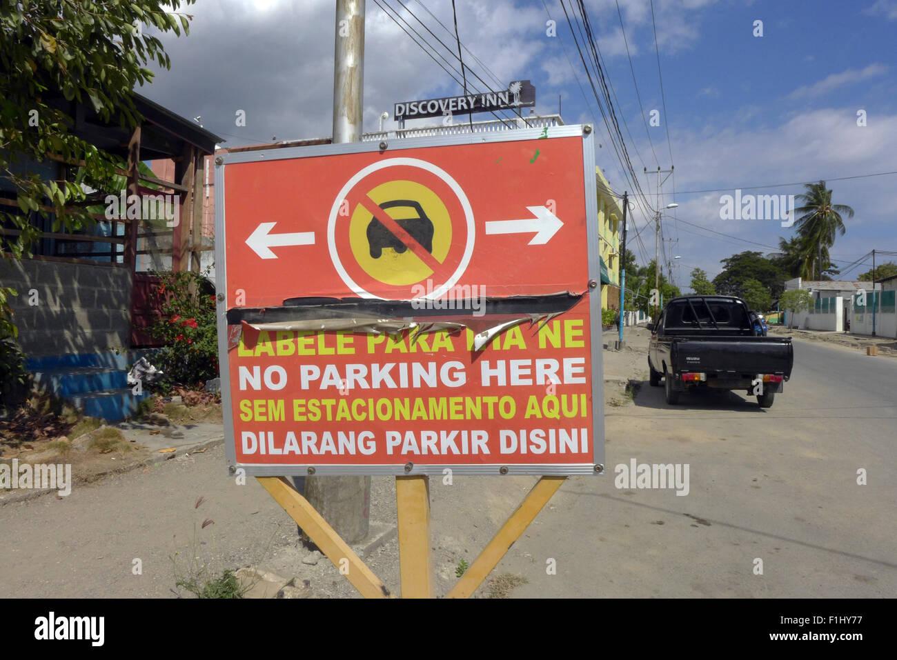 No Parking sign en quatre langues sur une rue à Dili, Timor Leste Banque D'Images