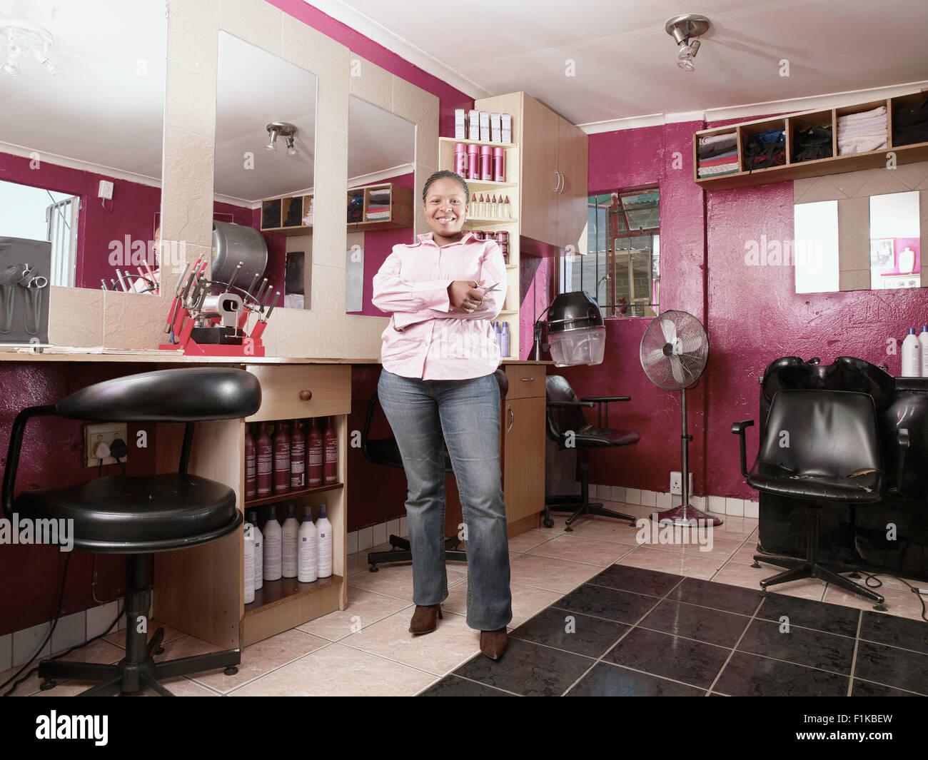Fier propriétaire d\'un salon de coiffure, Alexandra, Gauteng ...