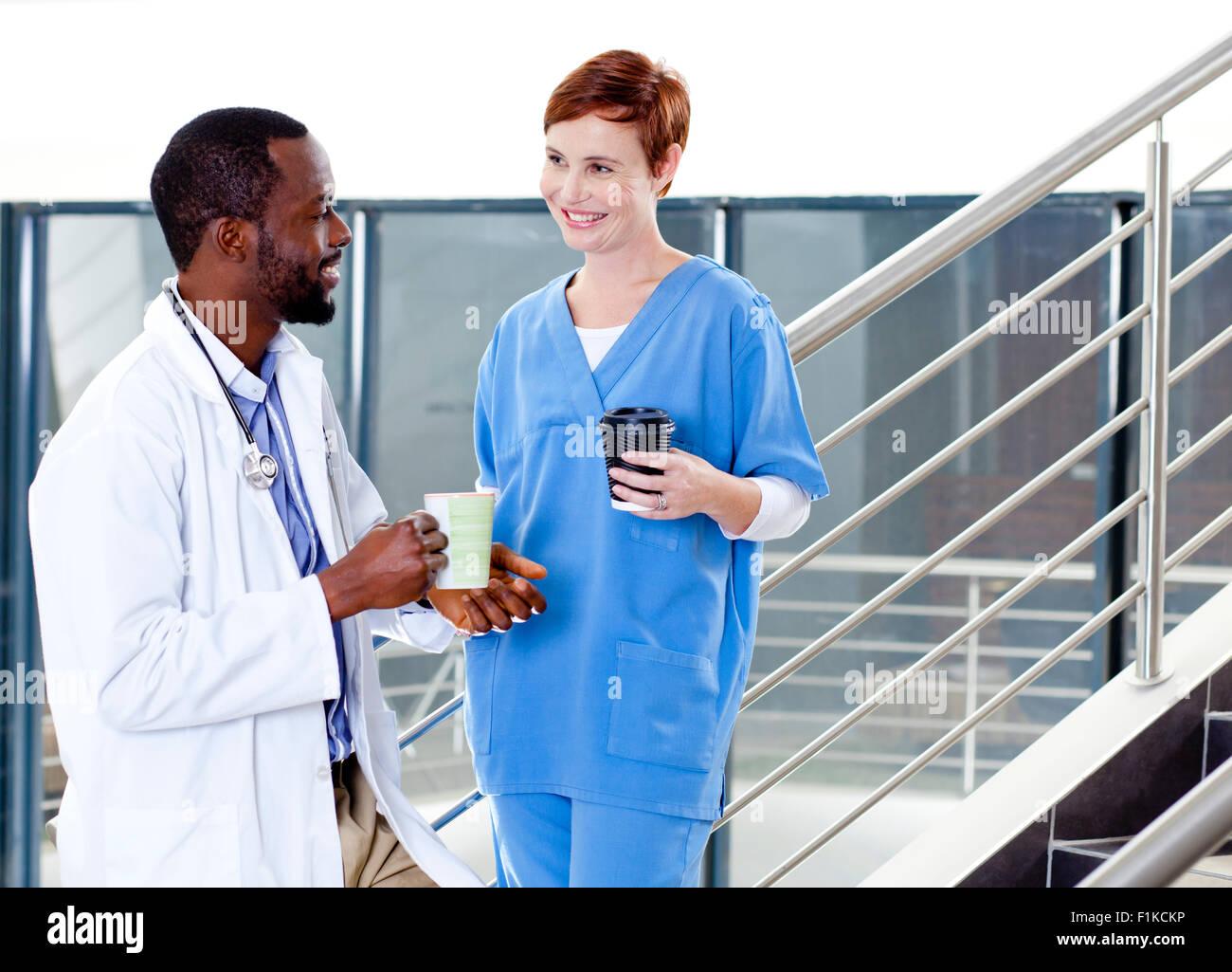 Un médecin et une infirmière parler Photo Stock