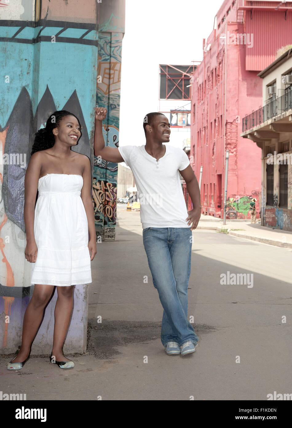 Couple de jeunes Africains sous un pont Photo Stock
