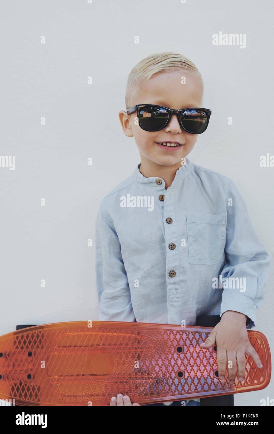 Petit garçon dans le quartier branché de grandes lunettes emprunté à un parent l'article Photo Stock