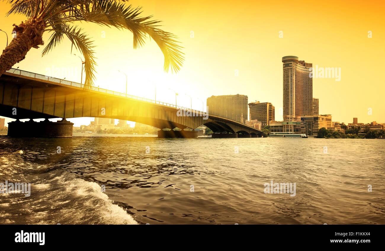 Bridge par Nil au Caire dans la soirée Photo Stock