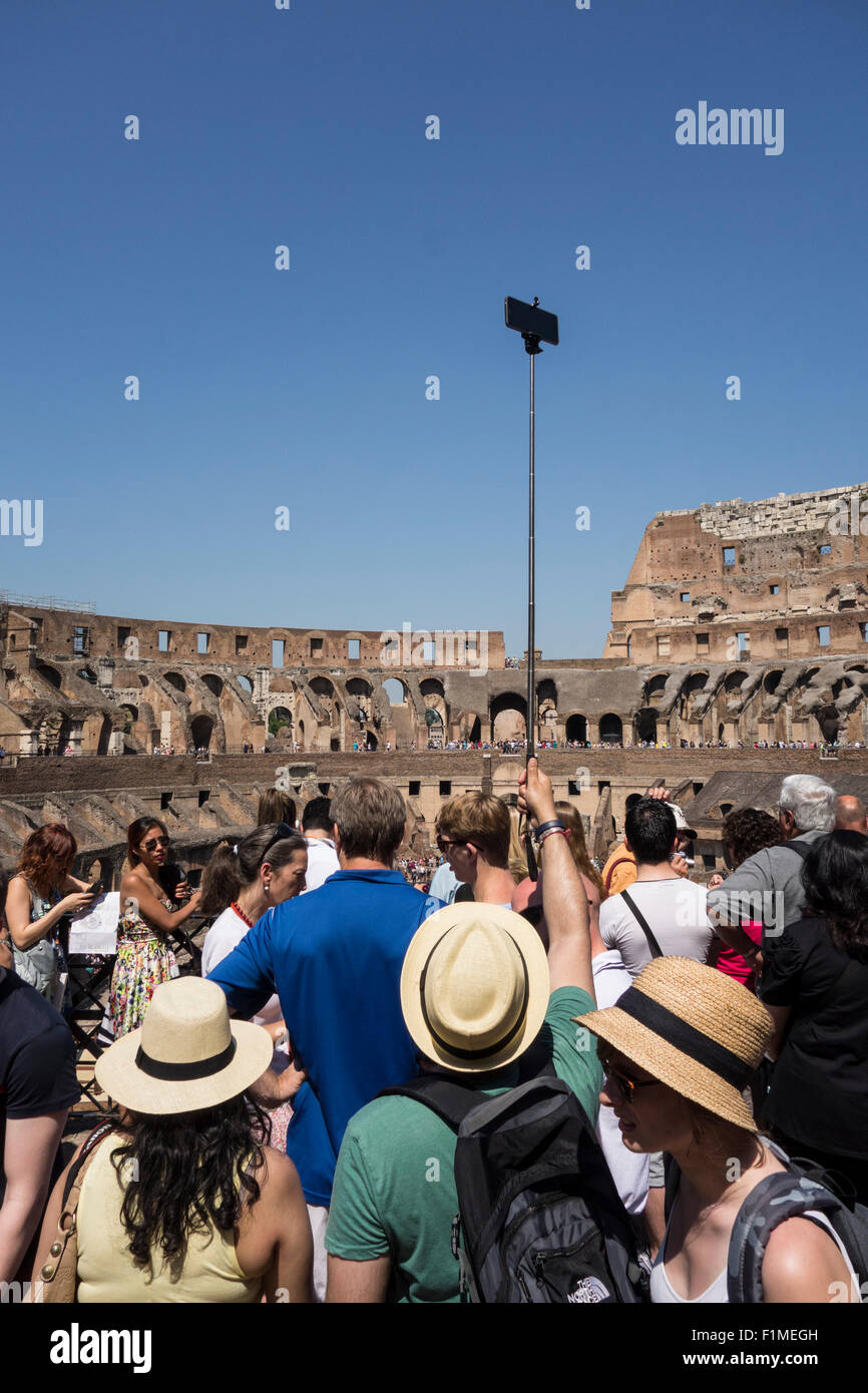 Rome. L'Italie. Des foules de touristes à l'intérieur du Colisée romain. Photo Stock