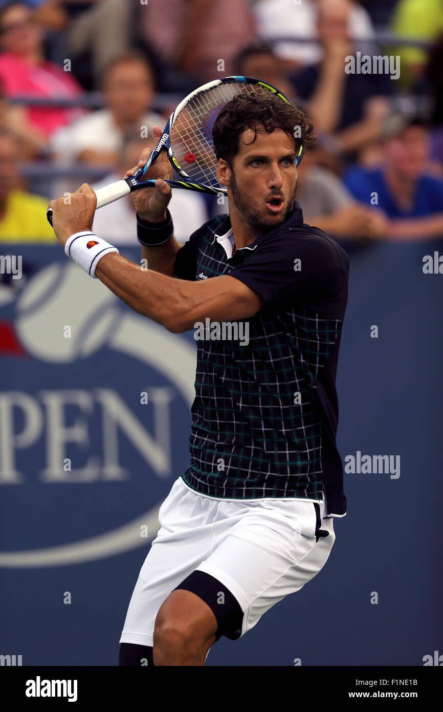 New York, USA. Le 4 septembre, 2015. Feliciano Lopez de l'Espagne en route pour vaincre Milos Raonic du Canada, Banque D'Images