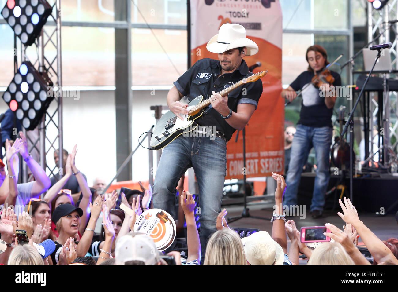 New York, USA. Le 4 septembre, 2015. Brad Paisley effectue sur scène à NBC's Today Show Concert Series du Rockefeller Banque D'Images