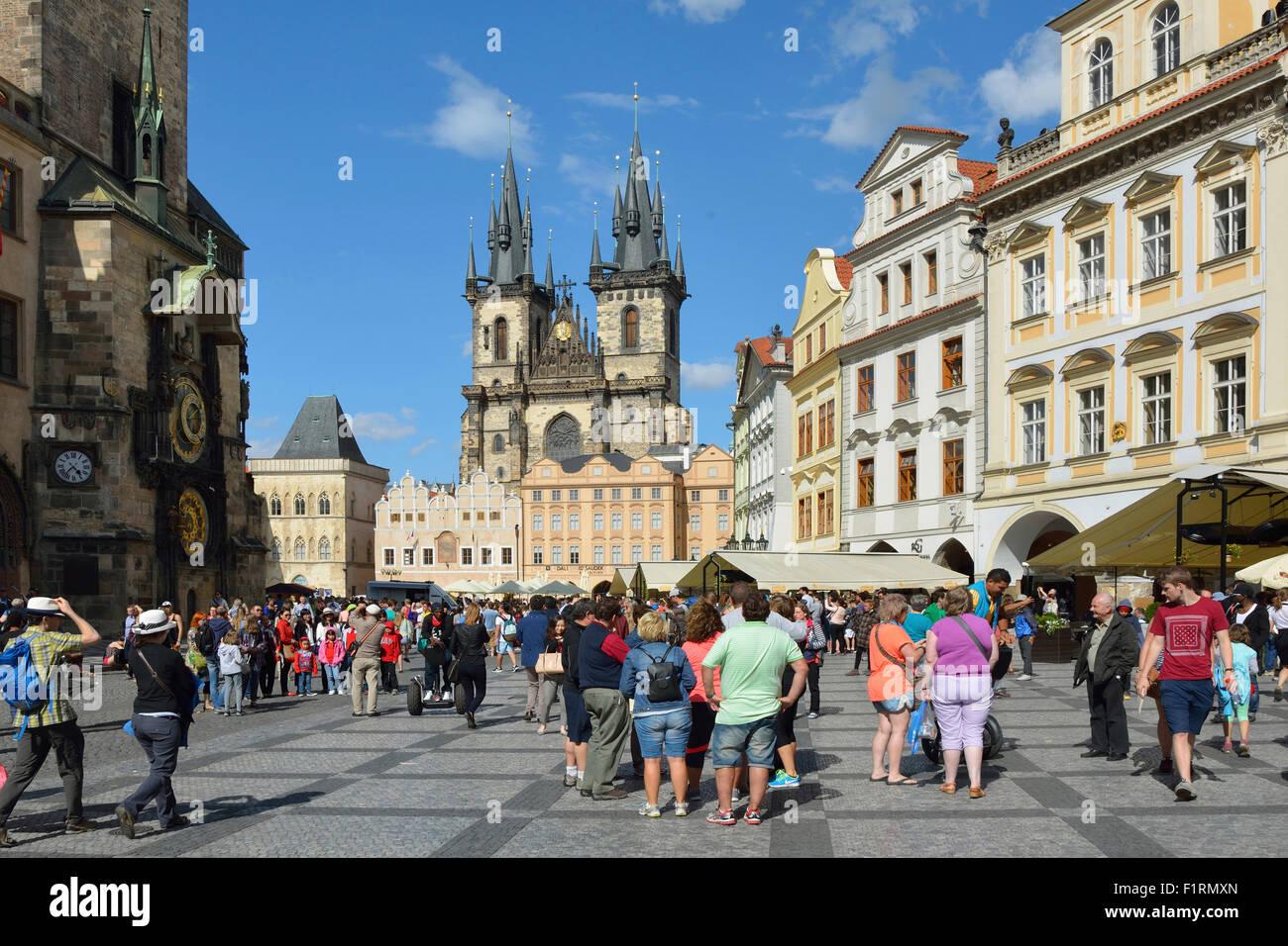 Les touristes à la place de la vieille ville de Prague en République tchèque. Photo Stock