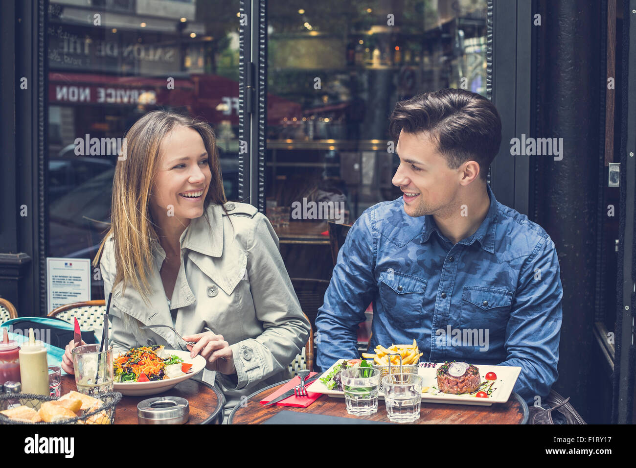 Paris, en couple au restaurant Banque D'Images