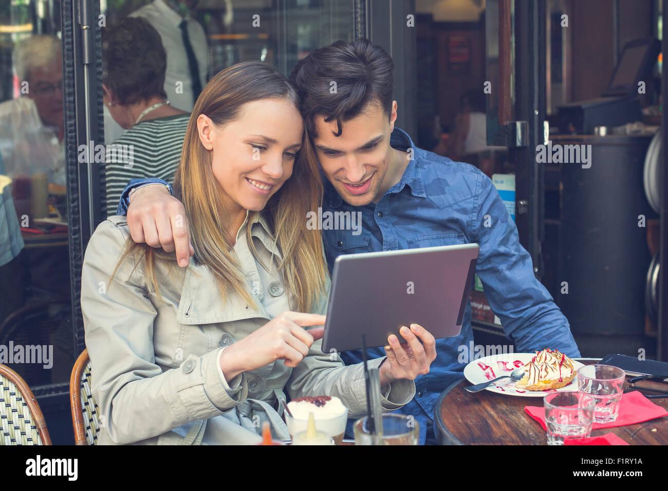 Paris, couple avec une tablette numérique Photo Stock