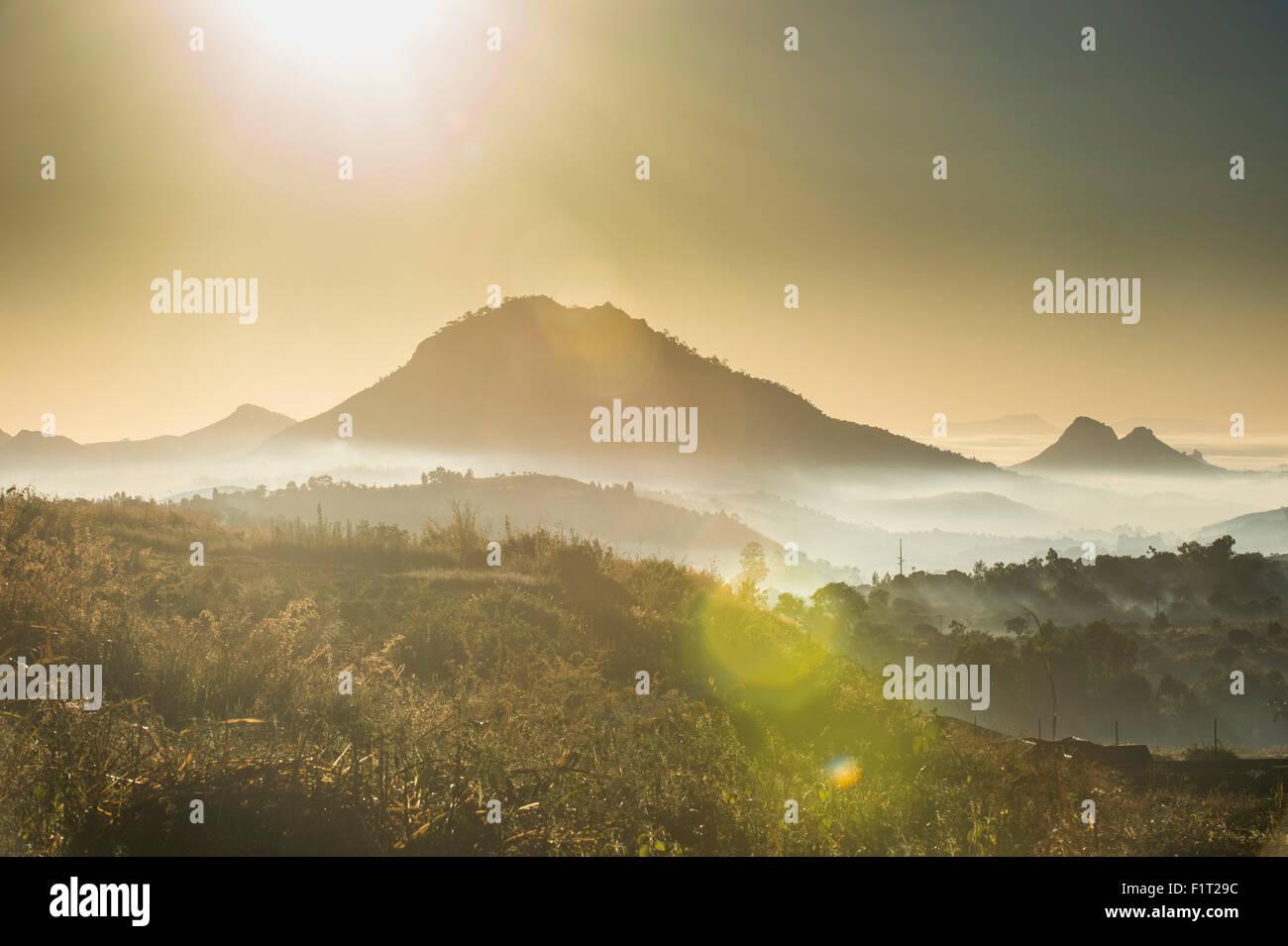 Lever du soleil et du brouillard sur les montagnes entourant Blantyre, Malawi, Afrique Photo Stock