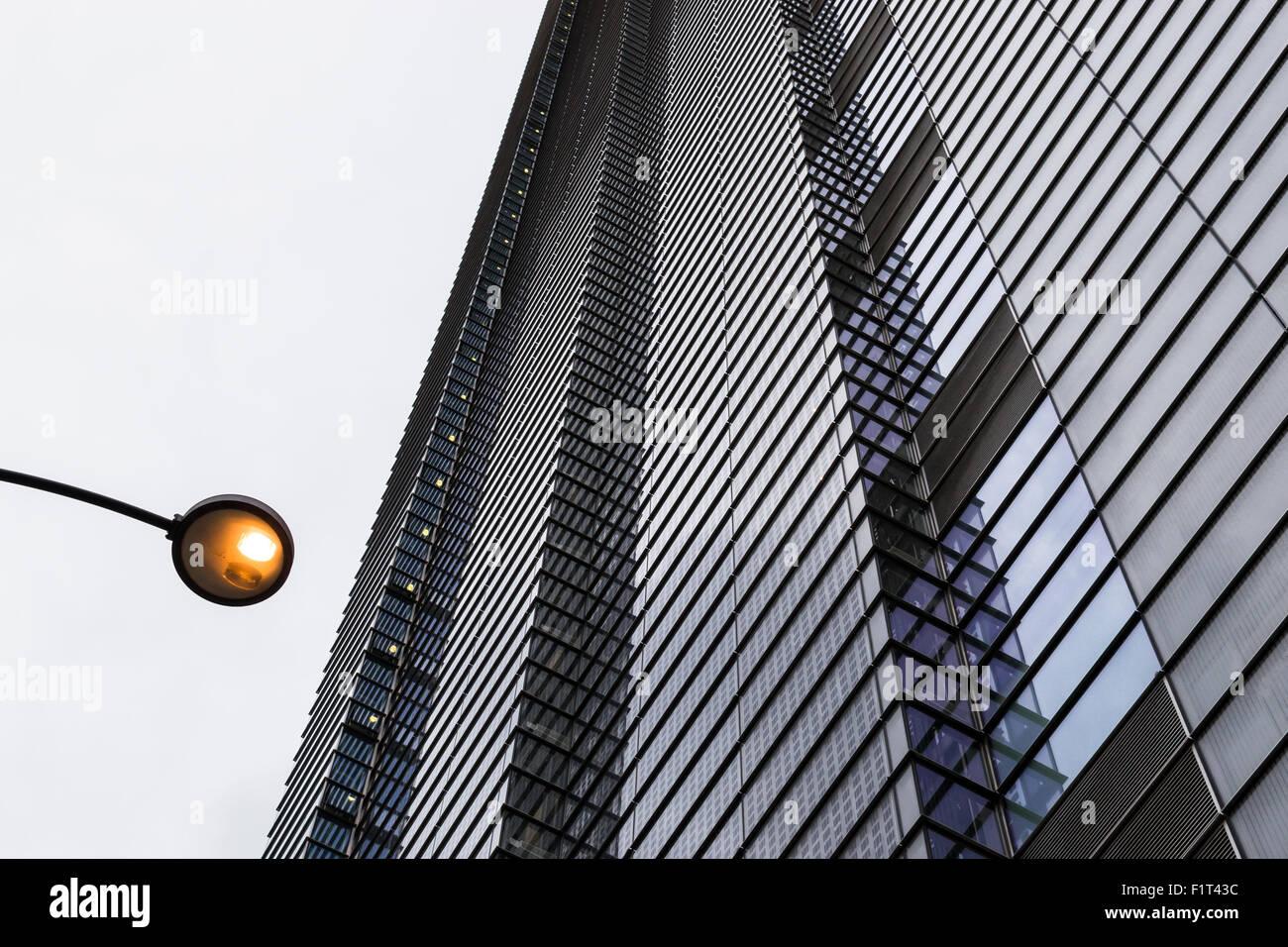 Résumé La conception des bâtiments modernes avec une répétition de motifs en forme de fenêtre Photo Stock