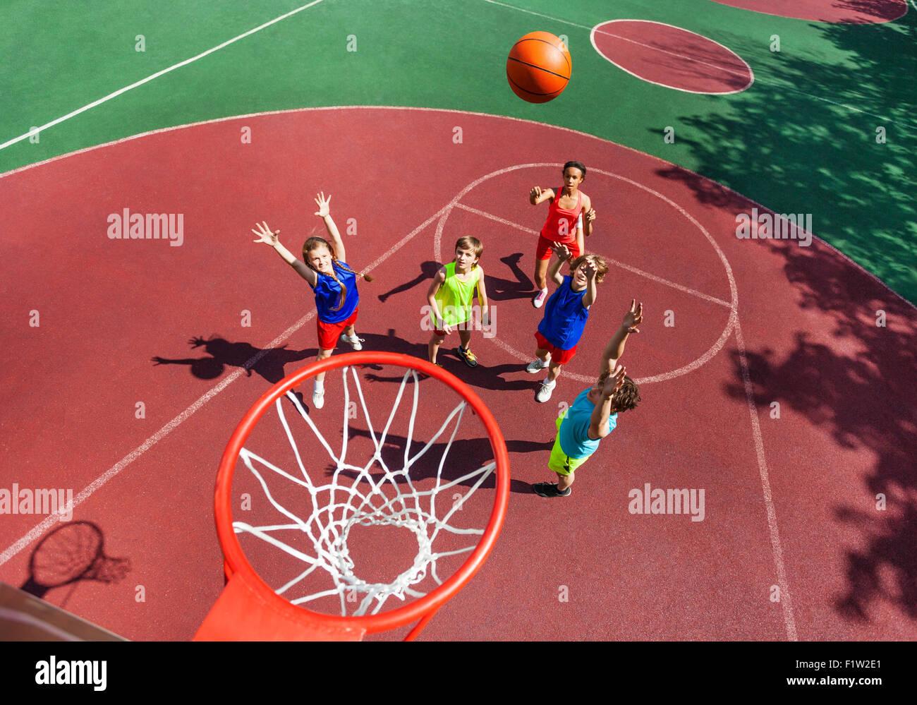 Balle en vol à vue de dessus du panier de basket-ball pendant Photo Stock