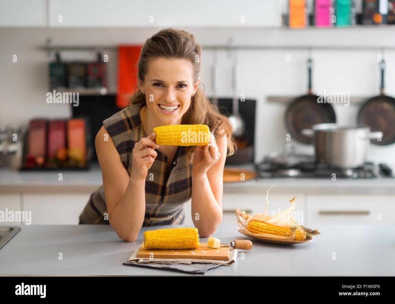 official photos 69c7f dc982 Se détendre et se penchant sur le comptoir de la cuisine ...