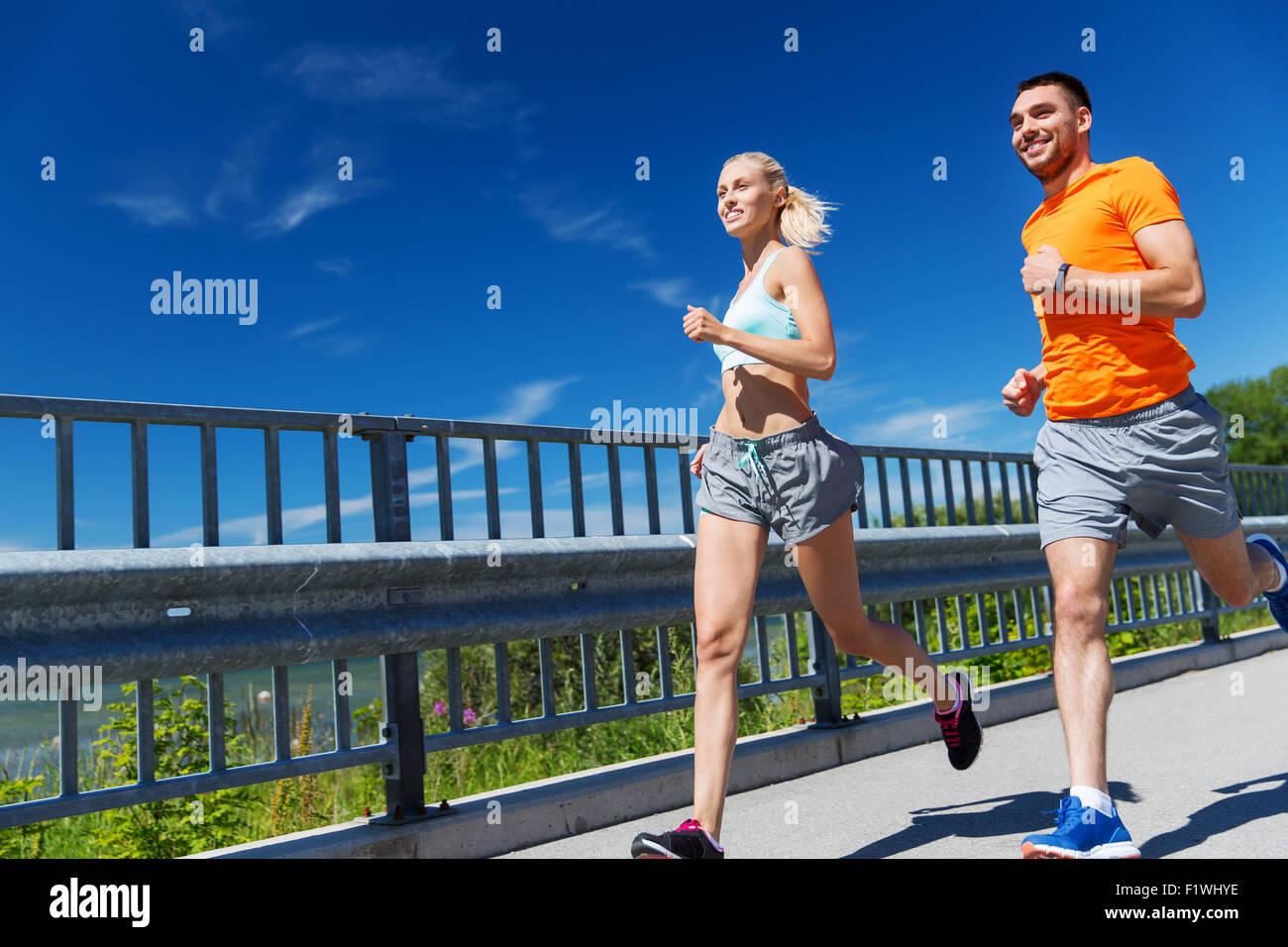 Smiling couple tournant au bord de l'été Photo Stock
