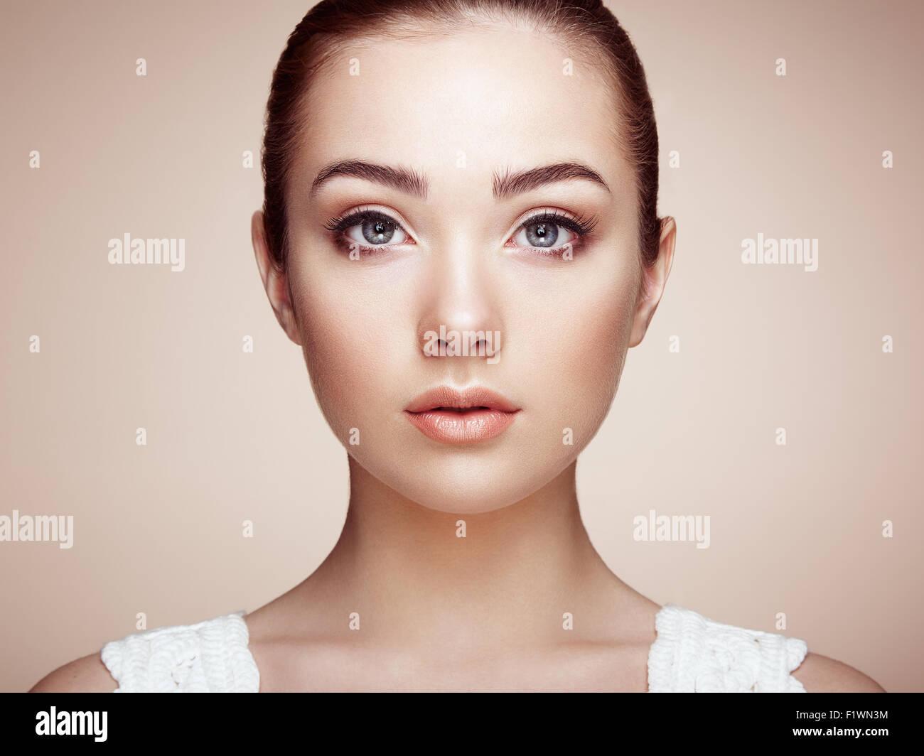 Belle femme visage. Maquillage parfait. Beauty fashion. Les cils. Ombre à paupières cosmétique Photo Stock