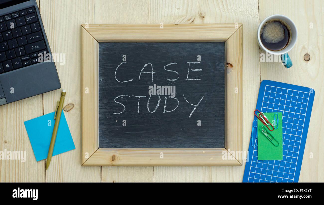 Étude de cas rédigée sur un tableau à l'office Photo Stock