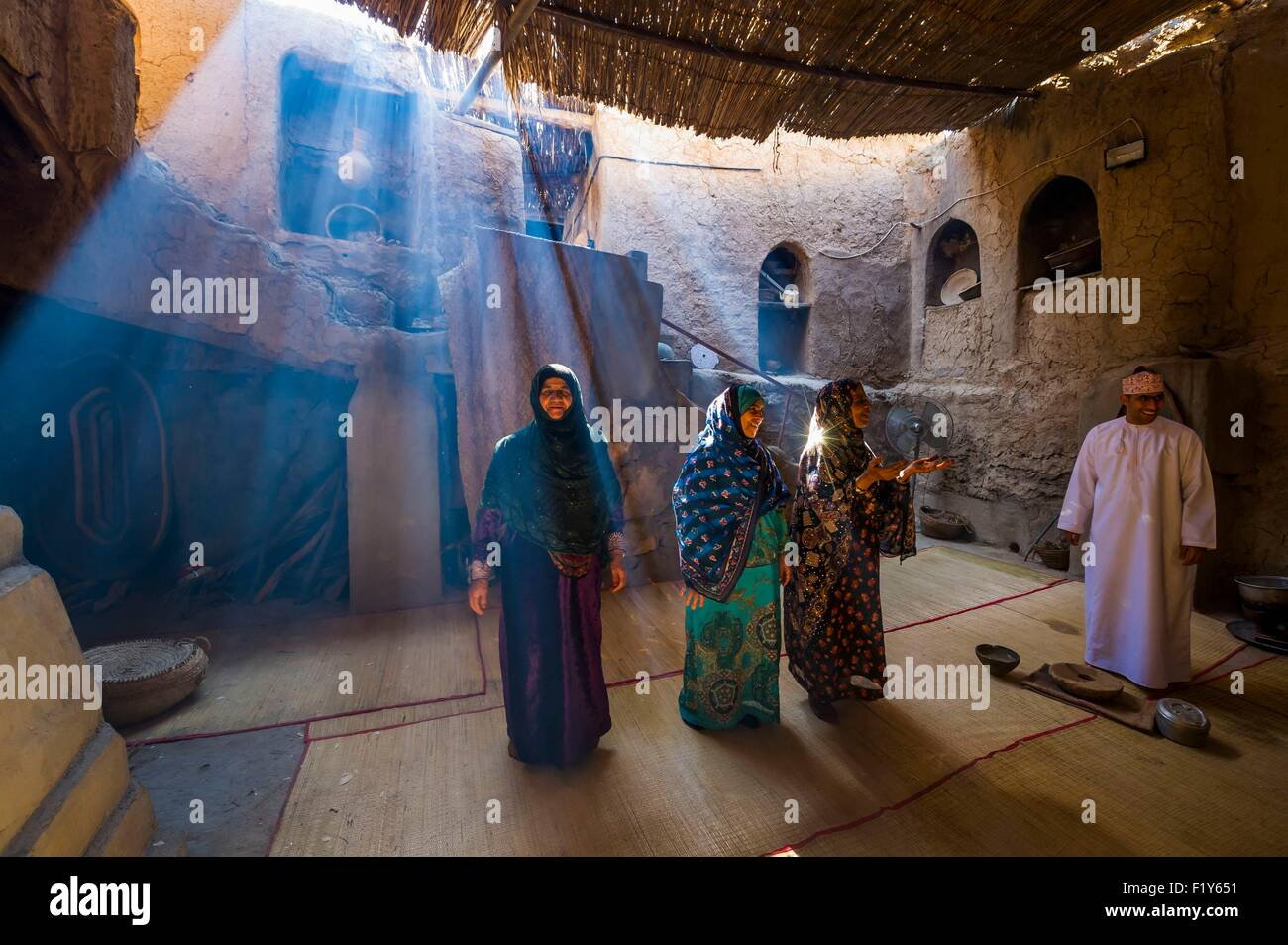 Oman, le Djebel Shams, Al Hamra, vieux village et la palmeraie, écomusée de Bait Al Safah, chant et danse Photo Stock