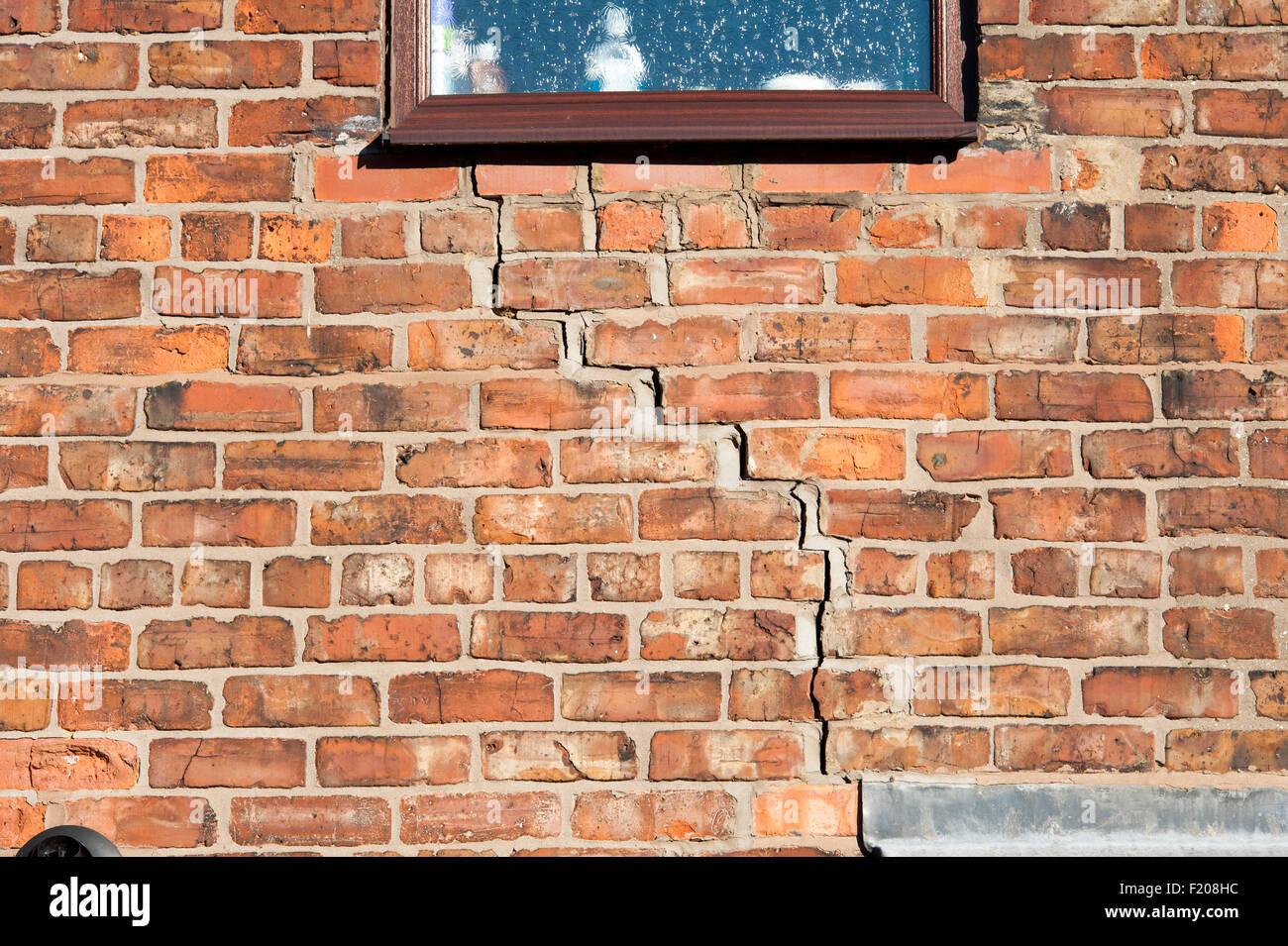 L'étape de craquage à la maçonnerie d'une maison en brique causés par la subsidence Photo Stock