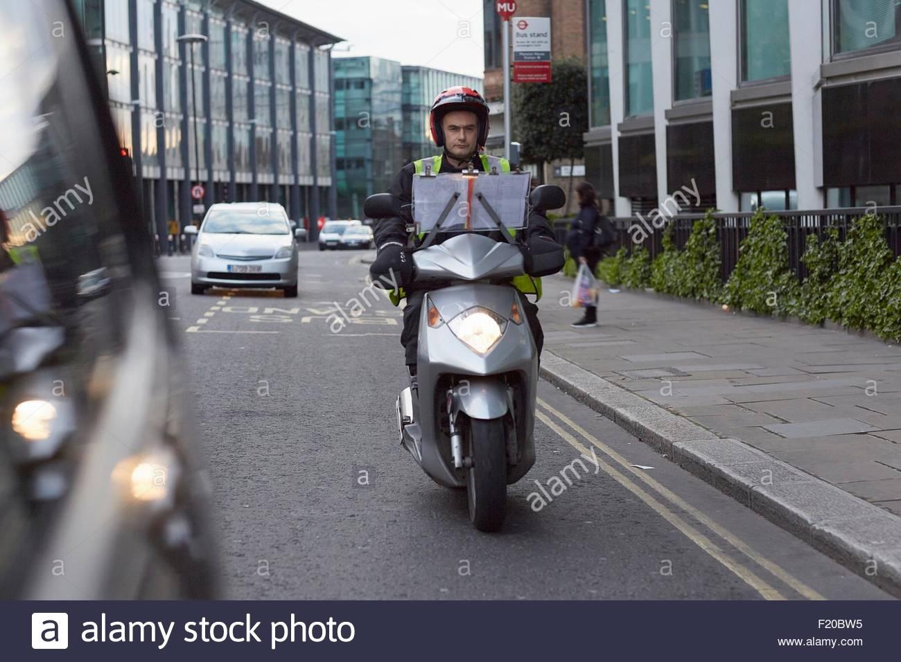 Scooter rider, entreprise formation chauffeur de taxi 'la connaissance', en déplacement à Londres Photo Stock
