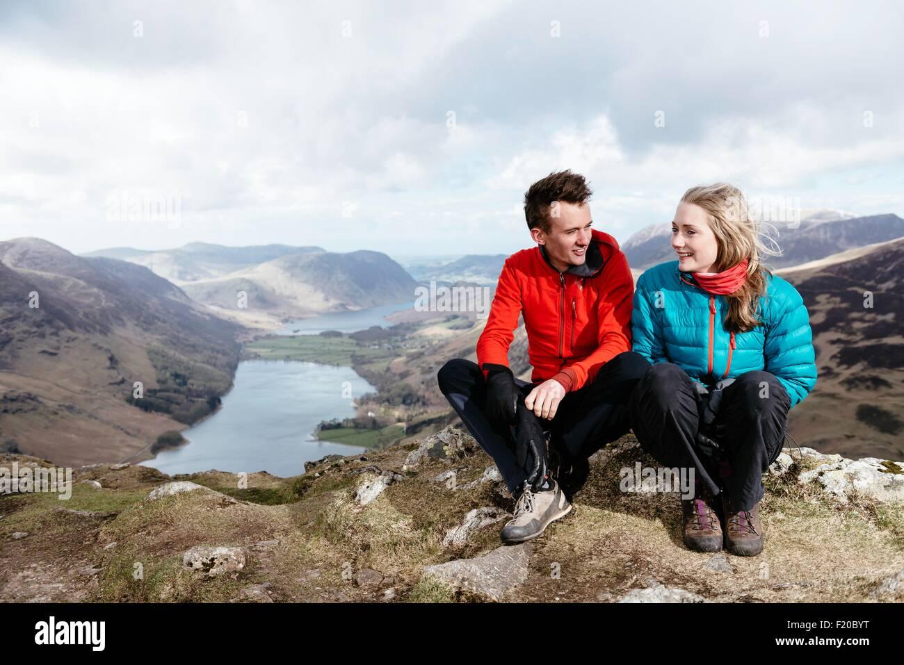 Jeune couple sur colline, Honister Mine d'Ardoise, Buttermere, Keswick, Crummock Water, Lake District, Cumbria, Photo Stock